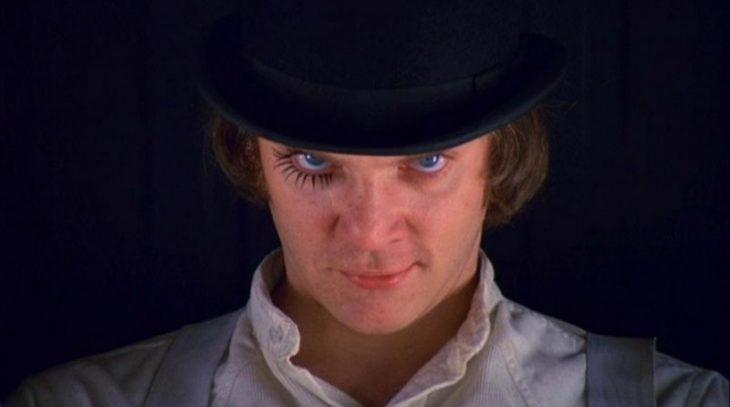 primo piano stretto sul volto di Malcolm McDowell nel ruolo di Alex DeLarge